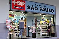 Fachada de drogaria. São Paulo. 2007. Foto de Juca Martins.