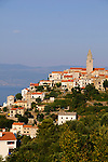 Vrbnik ist eine kleine, aber, wie viele Gemeinden auf der Insel Krk auch, sehr alte Ortschaft. Sie liegt im zentralen Teil an der Nordostküste der Insel und hat einen kleinen Hafen. Vrbnik is a Croatian village perched on a rocky outcrop by the Adriatic sea on the east coast of the island of Krk. Dalmatia, Croatia. Insel Krk, Dalmatien, Kroatien. Krk is a Croatian island in the northern Adriatic Sea, located near Rijeka in the Bay of Kvarner and part of the Primorje-Gorski Kotar county. Krk ist mit 405,22 qkm nach Cres die zweitgroesste Insel in der Adria. Sie gehoert zu Kroatien und liegt in der Kvarner-Bucht suedoestlich von Rijeka.
