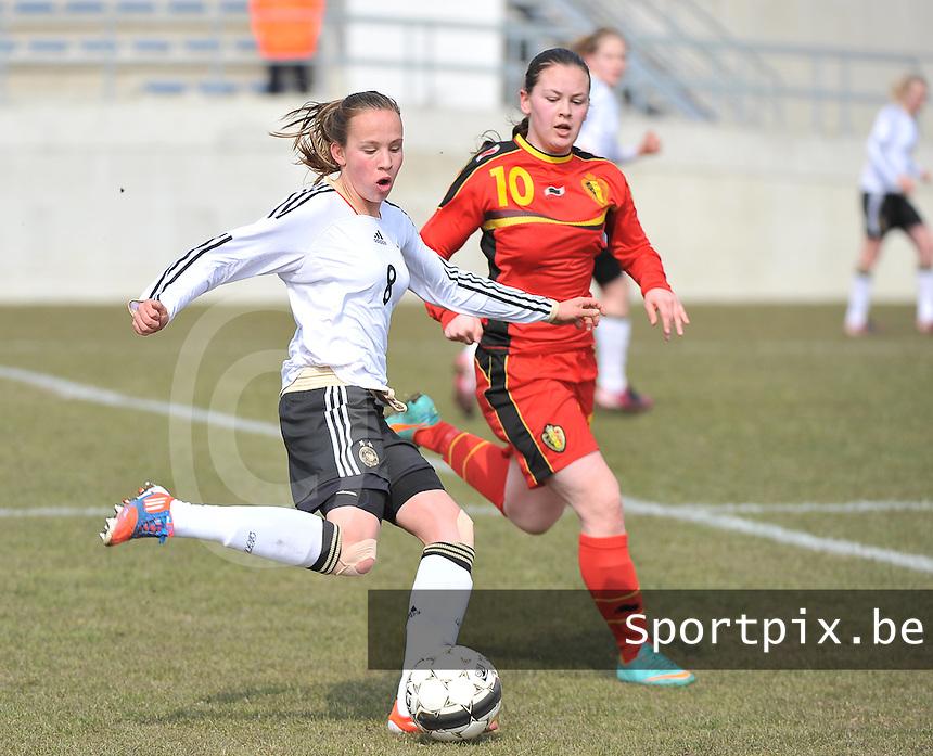 Belgie U17 - Duitsland U17 : Saskia Meier aan de bal voor Valentine Hannecart (rechts).foto DAVID CATRY / Vrouwenteam.be