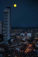 Nascer da lua vista da rua dos Mundurucus.<br /> Belém, Pará, Brasil.<br /> Foto Paulo Santos<br /> 18/10/2013