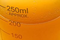 Óleo de andiroba.<br /> <br /> Aspectos do óleo da andiroba durante o refino.<br /> <br /> O óleo de Andiroba é uma fonte rica de ácidos gordurosos essenciais inclusive oléico, palmítico, mirístico e ácidos de linoléico além de conter componentes não graxos como triterpenos, taninos e alcalóides isolados, como a andirobina e carapina. A amargura do óleo de andiroba é atribuída a um grupo de terpenos chamados de meliacinas, que são muito semelhante às químicas amargas de antimalaria. Recentemente, uma destas meliacinas, chamada gedunina, foi documentada com propriedades antiparasiticas e antimalariais com efeito semelhante a quinina. Análises químicas de óleo de andiroba identificaram as propriedades antiinflamatórias, cicatrizantes e insetífugas que são atribuídas à presença de limonoides, nomeado de andirobina. Principalmente, depois do patenteamento de um creme hidratante e anticelulite à base de óleo de andiroba pela francesa Yves Rocher houve uma grande procura do óleo de andiroba no mercado de cosméticos. A vela de andiroba é usada como repelente eficaz para o mosquito Aedes aegypti, vetor da febre amarela e da dengue. À ser queimada, exala um agente ativo que inibe a fome do mosquito, conseqüentemente, reduz a sua necessidade de picar as pessoas. Pesquisas revelaram uma eficiência de 100% na repelência do mosquito, resultado jamais encontrado em qualquer outro produto existente no mercado destinado ao combate do mosquito. Além desta característica, a vela é totalmente atóxica, não produz fumaça e não contém perfume.<br /> <br /> Ananindeua, Pará, Brasil.<br /> Foto Paulo Santos<br /> 2008
