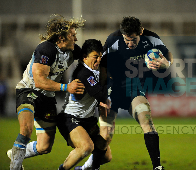 Castres' Gerhard Vosloo (L) and Lionel Mazars (C) try to stop Newcastle's Brent Wilson.