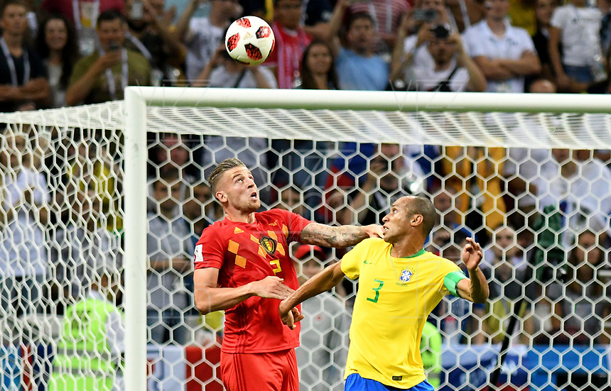 KAZAN - RUSIA, 06-07-2018:MIRANDA (C) (Der) jugador de Brasil disputa el balón con Toby ALDERWEIRELD (Izq) jugador de Bélgica durante partido de cuartos de final por la Copa Mundial de la FIFA Rusia 2018 jugado en el estadio Kazan Arena en Kazán, Rusia. / MIRANDA (C) (R) player of Brazil fights the ball with Toby ALDERWEIRELD (L) player of Belgium during match of quarter final for the FIFA World Cup Russia 2018 played at Kazan Arena stadium in Kazan, Russia. Photo: VizzorImage / Julian Medina / Cont