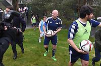 Fussball International 29.02.2016 Fussball International FIFA Praesident Gianni Infantino (Schweiz) erster Tag im Home of Fifa Freundschaftsspiel FIFA Mitarbeiter und Ex Fussballer FIFA Praesident Gianni Infantino (Mitte, Schweiz) mit Ball