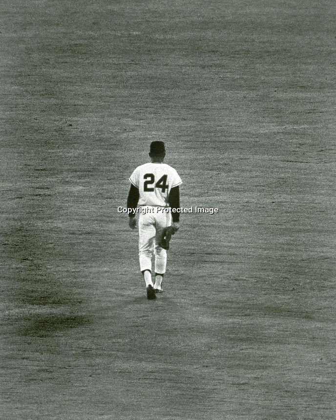 Willie Mays walks to his position in center field. This was Willie's last game with the San Francisco Giants<br />before he was traded to the Mets in 1972.<br />(copyright photo 1972 by Ron Riesterer)