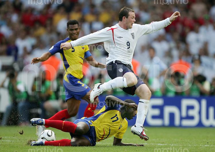 Fussball WM 2006   Achtelfinale   England - Ecuador Wayne ROONEY (re, ENG) gegen Giovanny ESPINOZA (vorn) und Ivan HURTADO (hinten, beide ECU)