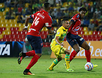 BUCARAMANGA - COLOMBIA, 18-09-2017: John Fredy Perez (C) jugador del Atlético Bucaramanga disputa el balón con Didier Moreno (Der) jugador de Independiente Medellín durante partido por la fecha 12 de la Liga Águila II 2017 jugado en el estadio Alfonso López de la ciudad de Bucaramanga. / John Fredy Perez (C) player of Atletico Bucaramanga struggles the ball with Didier Moreno (R) player of Independiente Medellin during match for the date 12 of the Aguila League II 2017played at Alfonso Lopez stadium in Bucaramanga city. Photo: VizzorImage / Oscar Martínez / Cont