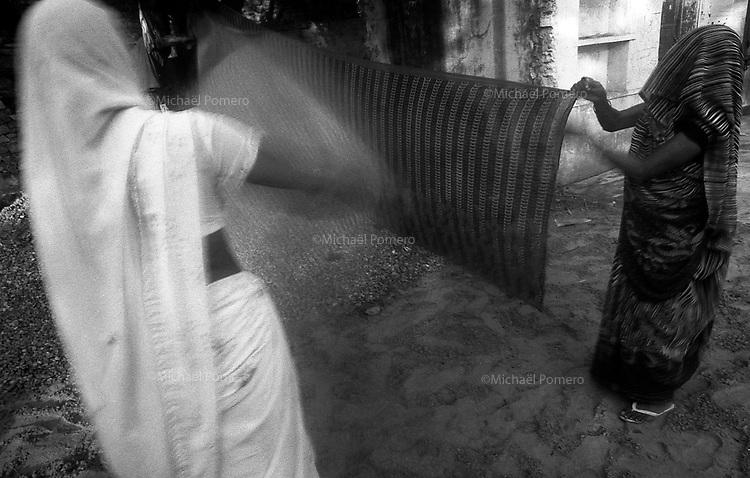 11.2010 Pushkar (Rajasthan)<br /> <br /> Women dring their saris after holy bath in pushkar lake.<br /> <br /> Femmes en train de faire s&eacute;cher leurs saris apres le bain sacr&eacute; dans le lac de Pushkar.