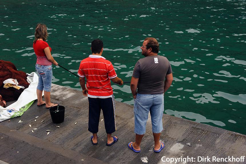 Angler in Caloura auf der Insel Sao Miguel, Azoren, Portugal
