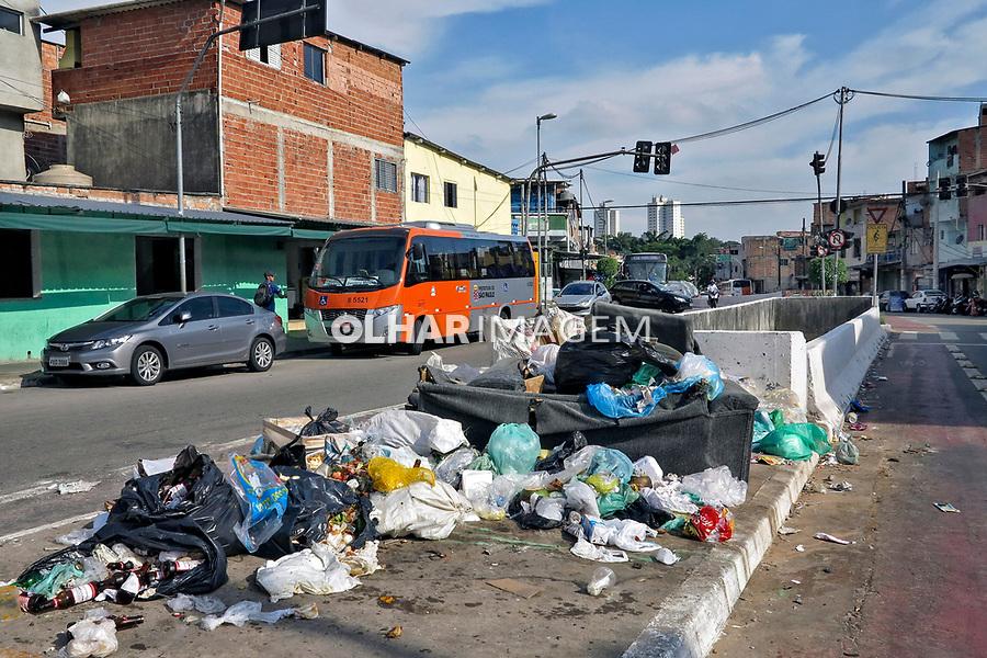 Lixo na rua, Avenida H. Camargo. Favela Paraisópolis. Sao Paulo. 2019. Foto de Marcia Minillo.