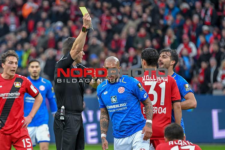 28.01.2018, BayArena, Leverkusen , GER, 1.FBL., Bayer 04 Leverkusen vs. 1. FSV Mainz 05<br /> im Bild / picture shows: <br /> gelbe Karte f&uuml;r Nigel de Jong (Mainz 05 #5), von Schiedsrichter / referee Frank Willenborg (SR)<br /> <br /> <br /> Foto &copy; nordphoto / Meuter