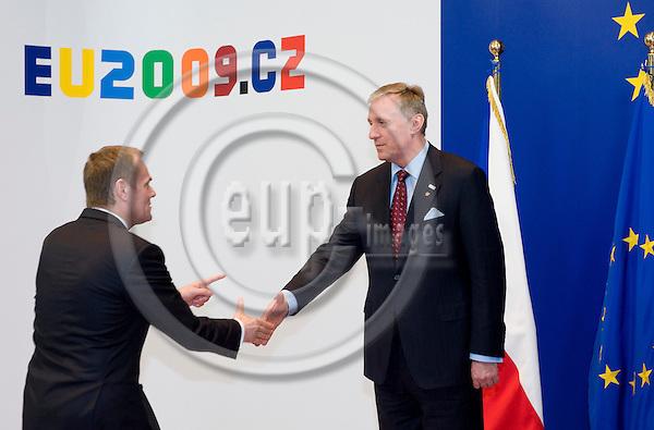 Brussels-Belgium - 01 March 2009 -- Extraordinary European Council, informal EU-summit under Czech Presidency; here, Mirek TOPOLANEK (ri)(Topolánek), Prime Minister of Czech Republic, welcomes Donald TUSK (le), Prime Minister of Poland -- Photo: Horst Wagner / eup-images