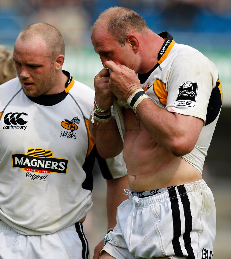 Photo: Richard Lane/Richard Lane Photography..Leeds Carnegie v London Wasps. Guinness Premiership. 10/05/2008. Wasps' Lawrence Dallaglio wipes his bleeding nose.