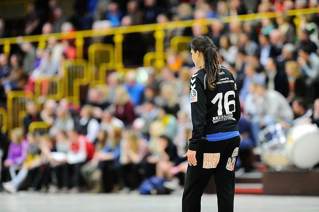 BENSHEIM, DEUTSCHLAND - MAERZ 15: 2. Spieltag in der Abstiegsrunde der Handball Bundesliga Frauen (HBF) in der Saison 2013/2014 zwischen dem Tabellenletzten HSG Bensheim/Auerbach (rot) und dem Tabellenersten der Abstiegsrunde, der HSG Blomberg-Lippe (blau) am 15. Maerz 2014 in der Weststadthalle Bensheim, Deutschland. Endstand 29:32. (16:15)<br /> (Photo by Dirk Markgraf/www.265-images.com) *** Local caption *** Isabell Roch (#16) von der HSG Blomberg-Lippe