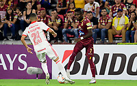 IBAGUE - COLOMBIA, 19-02-2020: Andrey Estupiñan del Tolima disputa el balón con Marcos Guilherme del Internacional durante partido por la fase 3 ida de la Copa CONMEBOL Libertadores 2020 entre Deportes Tolima de Colombia y SC Internacional de Brasil jugado en el estadio Manuel Murillo Toro de la ciudad de Ibagué. / Andrey Estupiñan of Tolima struggles the ball with Marcos Guilherme of Internacional during match for the phase 3 first leg as part of Copa CONMEBOL Libertadores 2020 between Deportes Tolima of Colombia and SC Internacional of Brazil played at Manuel Murillo Toro stadium in Ibague. Photo: VizzorImage / Cristian Alvarez / Cont