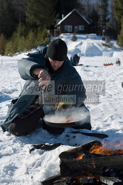 Amérique/Amérique du Nord/Canada/Québec/Mauricie/Saint-Alexis-des-Monts:  A la Pourvoirie du Lac Blanc Gaston le trappeur à la pêche blanche aux truites du lac, cuisson du poisson sur le feu de bois