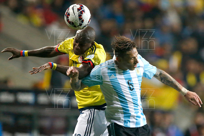 VIÑA DEL MAR - CHILE - 26-04-2015: Victor Ibarbo (Izq.), jugador de Colombia, disputa el balón con Lucas Biglia (Der.) jugador de Argentina, durante partido Colombia y Argentina, por los cuartos de final, de la Copa America Chile 2015, en el estadio Sausalito en la Ciudad de Viña del Mar / Victor Ibarbo (L) player of Colombia, vies for the ball with Lucas Biglia (R) player of Argentina, during a match between Colombia and Argentina, for the quarterfinals of the Copa America Chile 2015, in the Sausalito stadium in Viña del Mar city. Photo: VizzorImage /  Photosport / Andres Piña / Cont.