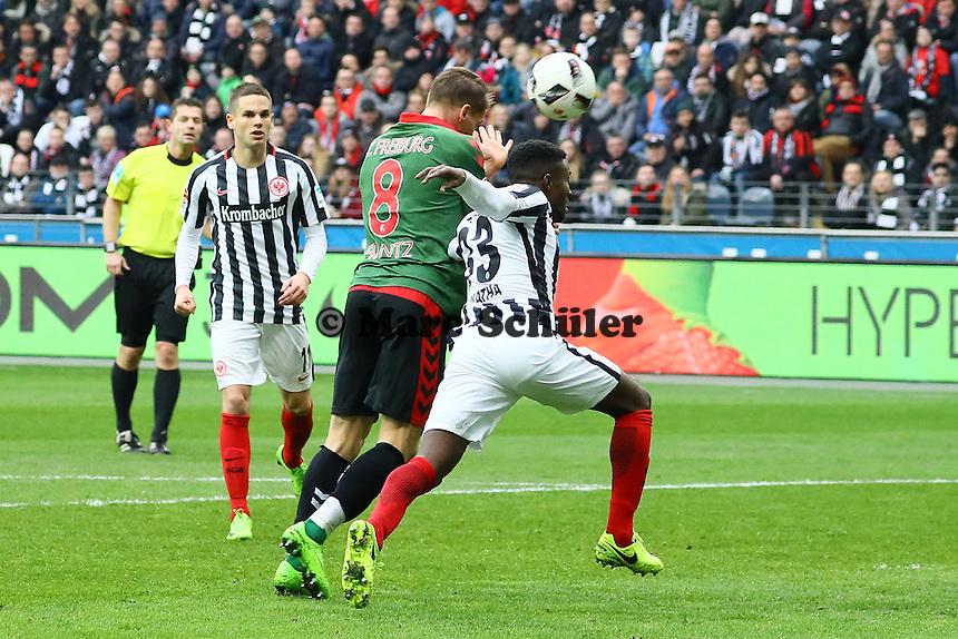 Mike Frantz (SC Freiburg) gegen Taleb Tawatha (Eintracht Frankfurt) - 05.03.2017: Eintracht Frankfurt vs. SC Freiburg, Commerzbank Arena