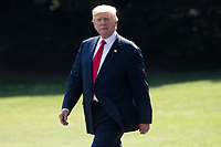 MRX22. Washington (United States), 04/08/2017.- US President Donald J. Trump walks across the South Lawn of the White House to depart by Marine One, in Washington, DC, USA, 04 August 2017. Trump travels to Bedminster, New Jersey, for a vacation. (Estados Unidos) EFE/EPA/MICHAEL REYNOLDS