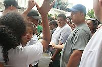 RIO DE JANEIRO, RJ, 29.03.2016 - SEPULTAMENTO-RJ - Amigos e familiares realizam protesto durante sepultamento do menino Ryan Gabriel de 4 anos que foi morto após confronto de traficantes entre os morros da Serrinha e Madureira, no bairro de Irajá região norte do Rio de Janeiro nesta terça-feira, 29. (Foto:Celso Barbosa/Brazil Photo Press)