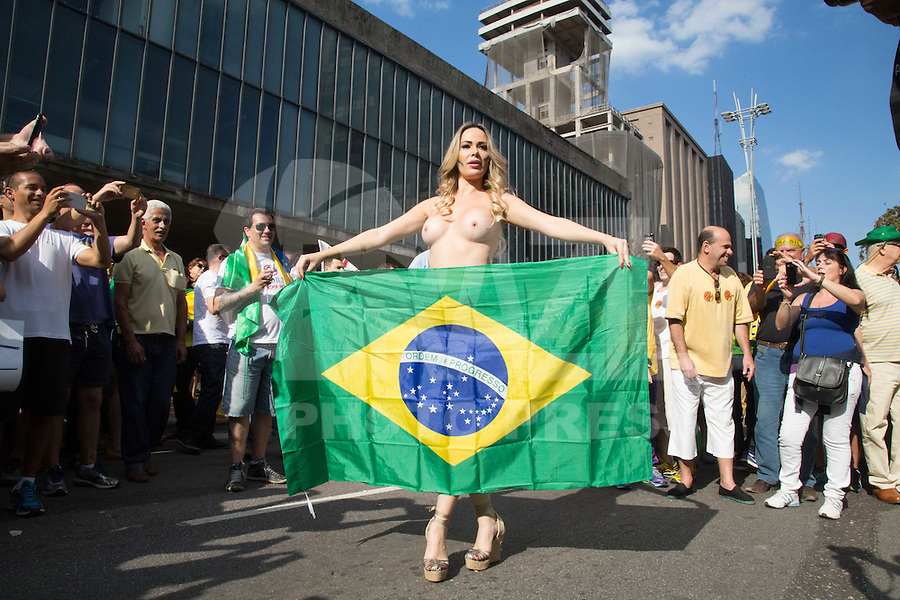 SÃO PAULO,SP, 16.08.2015 - PROTESTO-DILMA - A modelo Juliana Isan faz topless durante ato contra o governo Dilma Rousseff (Partido dos Trabalhadores) na Avenida Paulista em São Paulo, neste domingo, 16. (Foto:Adriana Spaca/Brazil Photo Press)
