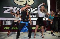 """SAO PAULO, SP, 07.09.2013. CLAUDIA LEITTE  NO STAND DA ZUMBA FITNESS. A cantora Claudia Leitte  e o criador do programa Zumba Fitness, Alberto Perez,  durante apresentação da coreografia da música """"Lazy Groove"""", versão em inglês do hit """"Largadinho"""". A Zumba Fitness com 14 milhões de fãs em mais de 185 países, é uma marca global de fitness que mistura ritmos latinos e internacionais em coreografias eletrizantes. (Foto: Adriana Spaca/Brazil Photo Press)"""
