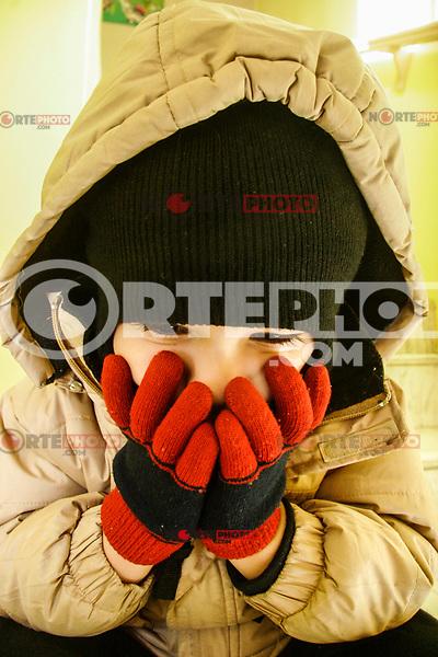 Ignacio Javier Beltran de 4 años acudió  a la escuela bien cubierto    de las  manos y rostro por las bajas temperaturas  en ciudad. Frío