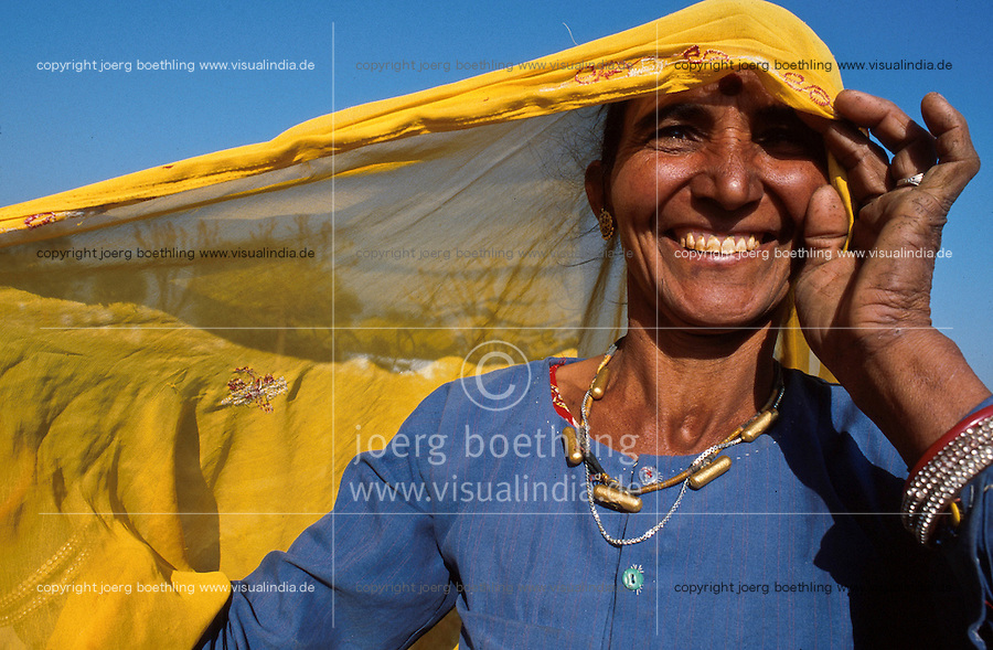 INDIA, Rajasthan, Tilonia, woman in village / Indien, lachende Frau in Tilonia