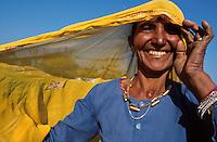 INDIA, Rajasthan, Tilonia, woman in village / Indien, lachende Frau in Tilonia
