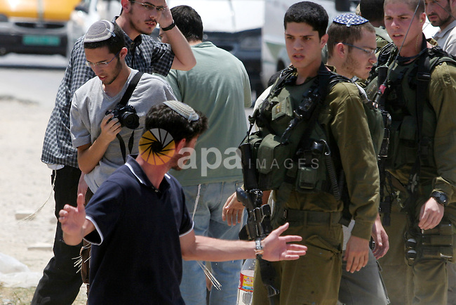 Israeli soldiers arrest a settler from the settlement of Yetshar near the West Bank City of Nablus on July 20 ,2009. Photo by Nedal Shtieh