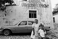 - Villaggio albanese, Queparo (Cepar&ograve;, agosto 1993); le bambine e la scritta comunista:  &quot;Gloria al Marxismo Leninismo&quot;<br /> <br /> -  Albanian  Village, Queparo (Cepar&ograve;, August 1993); girls and the communist graffiti: &quot;Glory to Marxism Leninism&quot;