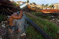 Ronaldo Vilhena 34  anos, morando a 20  no Tucunduba, a falta de água encanada lhe faz usar uma bica a 10 mts do igarapé, pequeno rio, cuja a ocupação desordenada ha várias decadas levaram a degradação do meio ambiente e baixa qualidade de vida.<br />As famílias moradoras da área não tem acesso a água encanada. <br />O igarapé que fica a cerca de 150 km do litoral paraense no atlântico sofre influência da maré , servindo para transporte para alguns bairros da cidade só pode ser usado durante a alta maré.<br />Belém Pará Brasil<br />05/06/2004<br />Foto Paulo Santos/Interfoto
