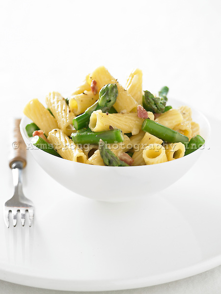 A bowl of carbonara with asparagus.