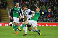 Thomas Müller (Deutschland Germany) gegen Stephen Davis (Nordirland, Northern Ireland) - 05.10.2017: Nordirland vs. Deutschland, WM-Qualifikation Spiel 9, Windsor Park Belfast