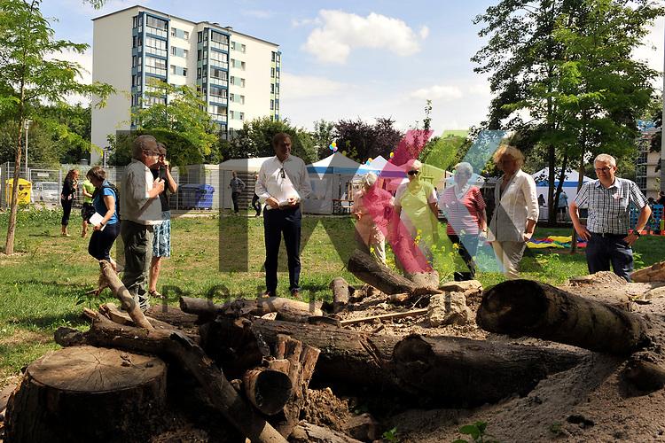 Ludwigshafen 27.06.17 Eroeffnung erste GAG-Bienenweide in Oggersheim Ludwigshafen. Im Bild die Gaeste vor dem Bienenhotel.<br /> <br /> Foto &copy; Ruffler For editorial use only. (Bild ist honorarpflichtig - No Model Release!)