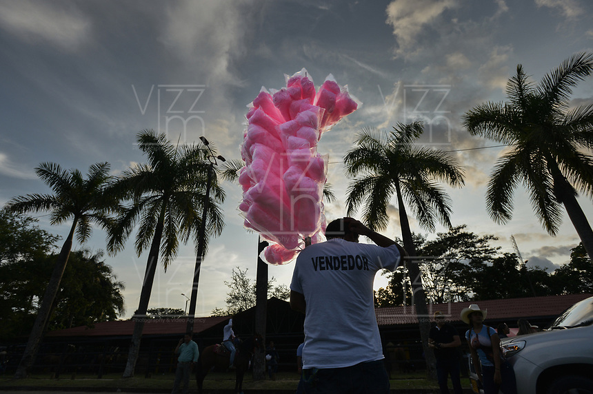 VILLAVICENCIO - COLOMBIA. 13-10-2018: Un vendedor de algodón de azúcar es visto durante el 22 encuentro Mundial de Coleo en Villavicencio, Colombia realizado entre el 11 y el 15 de octubre de 2018. / A sugar cotton vendor is seen during the 22 version of the World  Meeting of Coleo that takes place in Villavicencio, Colombia between 11 to 15 of October, 2018. Photo: VizzorImage / Gabriel Aponte / Staff
