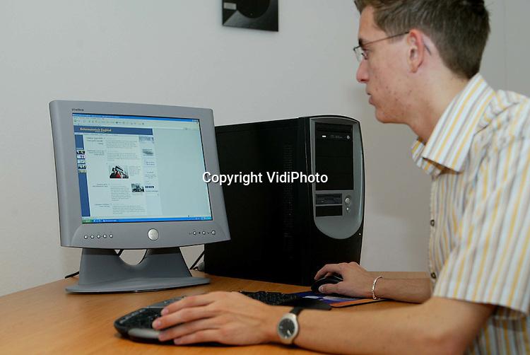 Foto: VidiPhoto..GENDT - Technicus Tom Tijssen van BetuweNet demonstreert de snelheid van draadloos internetten.