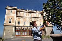 Manutenzione del giardino. Garden Maintenance...Villa Grazioli è un raffinato albergo della catena internazionale Relais & Chateaux..Fu costruita dal Cardinale Antonio Carafa nel 1580 e racchiude tra le sue mura opere d'arte dei maestri del XVI e XVII secolo, Ciampelli, Carracci e G.P. Pannini. .Villa Grazioli is a sophisticated international hotel chain Relais & Chateaux. .It was built by Cardinal Antonio Carafa in 1580 and contains works of art of the sixteenth and seventeenth century, of Ciampelli, Carracci and GP Pannini....