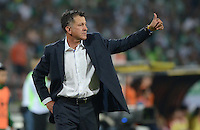 MEDELLIN -COLOMBIA, 5-MARZO-2015. Juan Carlos Osorio  del Atletico Nacional gesticula durante el encuentro con Estudiantes de La Plata de La Copa Bridgestone Libertadores grupo siete 2015  jugado en el estadio Atanasio Girardot de la ciudad de Medellin. / Juan Carlos Osorio coach of Atletico Nacional gestures during match against Estudiantes de La Plata for Bridgestone Libertadores Cup 2015 Group Seven played at the Atanasio Girardot stadium in the city of Medellin. / . /  Photo /VizzorImage / Leon Monsalve  / Stringer