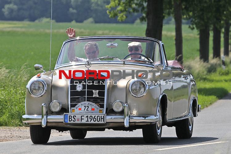 Aus Harz- Heide -Fahrt fuer Odtimer am 06. 06 .2010 -hier bei Hildesheim. Im Foto: Daimler Benz DB 220 SE Cabrio Bj. 1960. <br /> <br /> <br /> Foto: &copy; nph / Rust<br />  *** Local Caption *** Fotos sind ohne vorherigen schriftliche Zustimmung ausschliesslich f&uuml;r redaktionelle Publikationszwecke zu verwenden.<br /> <br /> Auf Anfrage in hoeherer Qualitaet/Aufloesung