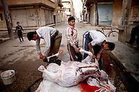 Syria, Deir az-Zor, 2013/03/18..A butcher slaughters a cow on a street in the city center of embattled Deir az-Zor..Syrie, Deir ez-Zor, 18/03/2013.Un boucher égorge une vache dans une rue du centre-ville assiégée de Deir az-Zor.Photo: Timo Vogt / Est&Ost Photography.