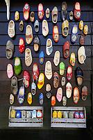 Nederland - Zaanstad - 2020. Klompen aan een muur in Zaanse Schans. Foto Berlinda van Dam / Hollandse Hoogte