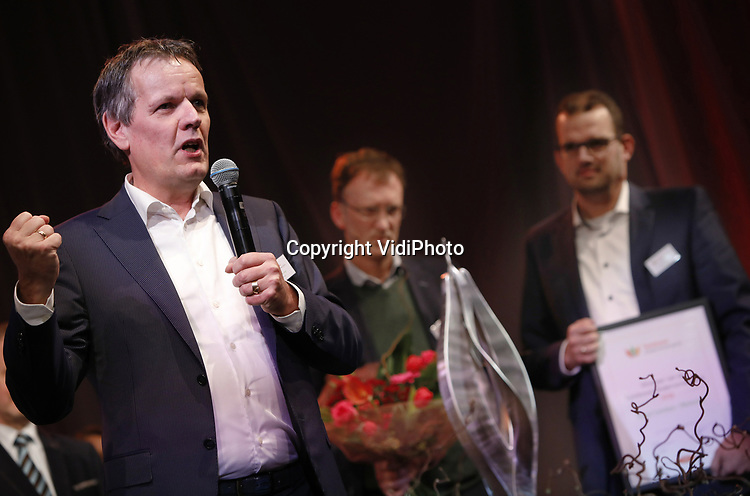 VidiPhoto<br /> <br /> LISSE - De 32e editie van de Tuinbouw Ondernemersprijs is gewonnen door Royal Lemkes uit Bleiswijk. Het handelshuis mag zich een jaar lang topambassadeur van de tuinbouwsector noemen. Royal Lemkes ontving de prestigieuze ondernemersprijs voor durf, doorzettingsvermogen en duurzaam ondernemen tijdens de drukbezochte nieuwjaarsbijeenkomst van de tuinbouw op 10 januari op Keukenhof in Lisse. Royal Lemkes was &eacute;&eacute;n van de drie genomineerde bedrijven, samen met biologisch-dynamische groenteteler De Lepelaar uit Sint Maarten (NH) en orchidee&euml;nteler OK Plant uit Naaldwijk. Voor het derde jaar op rij heeft de tuinbouwsector goede zaken gedaan. Het is duidelijk dat er een eind is gekomen aan veel jaren van extreem lage inkomens. De grootste inkomensstijging vond plaats binnen de glastuinbouwsector. Kasgroentetelers voeren de lijst aan, direct gevolgd door pot- en perkplantenkwekers. De snijbloementelers volgen een gestaag stijgende lijn. In 2017 steeg de Nederlandse export van verse groenten en fruit met 2 procent naar 9,6 miljard.  Consumenten gaven in de supermarkt 5 procent meer uit aan biologische producten, hoewel de totale fruitconsumptie licht daalde. De export van bloemen en planten groeide met ruim 5 procent en haalde vorig jaar een nieuw record van 6 miljard euro, mede dankzij snel groeiende afzetmarkten in Oost-Europa.  Foto: Eigenaar Royal Lemkes Cees van der Meij bedankt de jury.