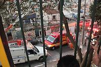 SÃO PAULO,SP - 26.05.2015 - ACIDENTE-SP - Um homem morreu eletrocutado na rua Severino Nunes da Costa no bairro Elisa Maria região norte de São Paulo nesta terça-feira, 26. Segundo informações preliminares a vítima teria subido na árvore para colher abacates quando tocou nos fios de alta tensão.O corpo de Bombeiros foi acionado mas já o encontrou sem vida.(Foto: Marcio Ribeiro/Brazil Photo Press)