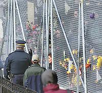 SOMMET DES AMERIQUES A QUEBEC AVRIL 2001<br /> PHOTO JACQUES NADEAU 19 AVRIL 2001<br />  BARRICADE MANIFESTATION POLICE