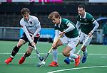 AMSTELVEEN -  Justen Blok (R'dam) met Jan-Willem Buissant (Adam)    tijdens de hoofdklasse competitiewedstrijd heren, AMSTERDAM-ROTTERDAM (2-2). rechts Diede van Puffelen (R'dam) . COPYRIGHT KOEN SUYK