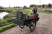 Nederland -  Enkhuizen - 2019.  Het Zuiderzeemuseum.  Het Zuiderzeemuseum richt zich op de geschiedenis, actualiteit en toekomst van het IJsselmeer-gebied. De thema's water, ambachten en gemeenschappen staan hierbij centraal.   Bakfiets met lompen en metalen.   Foto mag niet in negatieve context gepubliceerd worden.    Berlinda van Dam / Hollandse Hoogte