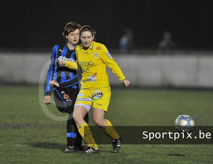 Club Brugge Dames - WB Sinaai Girls : duel om de bal tussen Jolien Nuytten (links) en Lien Thoen .foto DAVID CATRY / Vrouwenteam.be