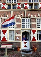 Stadstimmerwerf in Leiden. Vrouw staat bij de voordeur.( Toestemming gekregen voor redactioneel gebruik van de foto)
