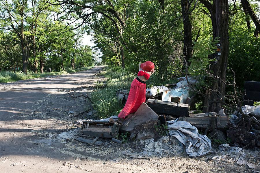 t<br /> <br /> UKRAINE, Pisky: Mannequin pour tromper l'oeil des snipers.